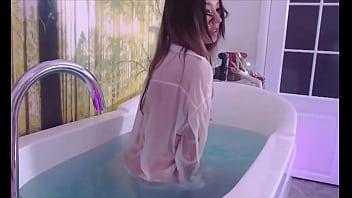 Em gái trong bồn tắm