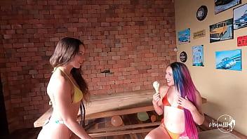 Chupando o sorvete e a buceta da amiga - Venusss e Cherry Adams