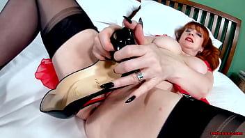 Redhead mature Red XXX fucks her heels 8分钟