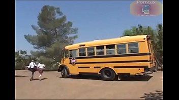 Fiesta sexual autobus escolar - Hermosas colegialas atrapadas por el profesor terminan cogiendo en el bus escolar