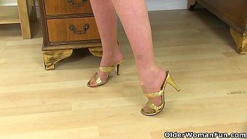 English milf Fiona rubs her pantyhosed cunny 6 min