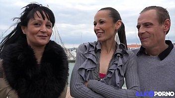 Lola et Lolitta, les deux coquines brunettes s'amusent avec deux bites