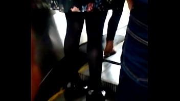 Hermosa jovencita en el metro