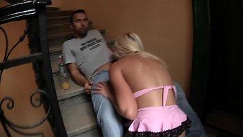 wildfremdes Mädel im Treppenhaus gefickt und abgehauen