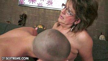 Femeia matura vrea sa ii suga bine pula nepotului si sa faca sex cu ea