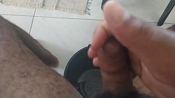 Gordinho peludo se acabando na punheta