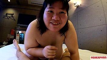 超级胖的日本女孩在采访中讲话,并享受着与巨大的山雀和胖屁股弹跳的口交。亚洲人洗澡并口服深喉。大阪市