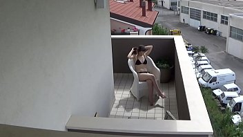 监视我的青少年邻居在她的阳台上手淫 9分钟