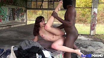 Elle lui crie des insultes pendant qu'il la bai...