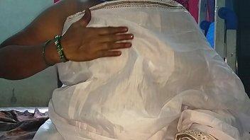 साउथ इंडियन देसी मल्लू सेक्सी वनिता बिना ब्लाउज के बड़े स्तन दिखाती हैं