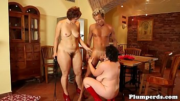 Mature femdom plumpers trio with male sub 6分钟