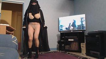 musulmane voilée fait ballotter ses grosses mamelles