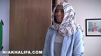 MIA KHALIFA - Expert Cock Sucker Teaches Fellow Arab How To Properly Give Head