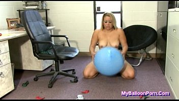 Soccer latex balloons Bbw savannah taylor popping big balloons