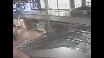 Automóvil se coge a medio centro comercial con música de Mario Kart Wii de fondo.