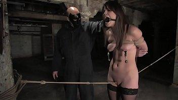 監禁されたパイパン娘をコブ縄調教するジェイソン