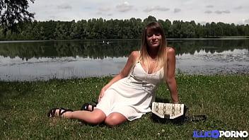 Tiffany Leiddi se fait baiser au bord du lac