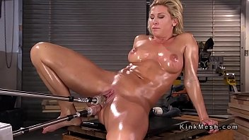 Huge tits oiled mature anal fucks machine 5分钟