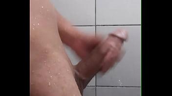 Pal grande punheta tomando banho