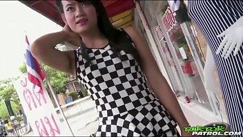 หนังxxxไทย น้องอาร์ม สาวอิสานหน้าเหลี่ยมร่างเล็กหุ่นเซ็กซี่มาเย็ดหีที่ห้อง ลีลาเด็ด