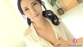 白ビキニの超絶美女が、気持ちのいい日光に照らされて柔肌を晒す [bunb 001]