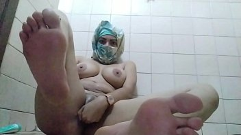 Real Amateur Arab In Hijab Mom Showing Feet And Masturbating Wet Pussy While Hiding In Bathroom porno izle