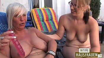 Blonde Lesben spielen auf der Terrasse