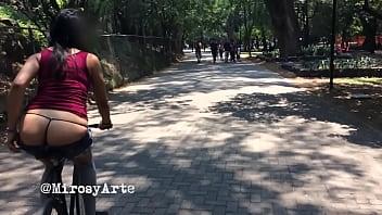 Putita Chilanga montada en bicicleta va mostrando el culo Universitarios la ven Bosque de Chapultepec 1 EXHIBICIONISMO