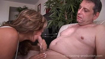 Amandine suçe un vieux pervers et le fait jouir en moins d utes