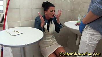 Urine slut gets facial 10分钟