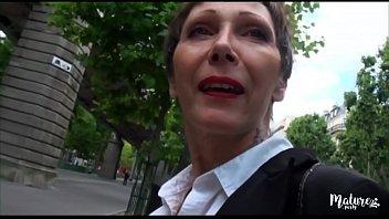 Sexy rhinestone party dress Carole mature veuve baisée par deux jeunes