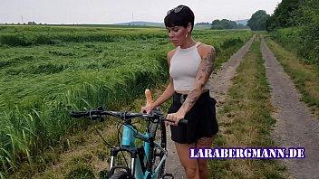 Premiere! Fahrrad in der Öffentlichkeit geil abgefickt! porno izle