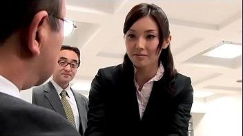 Japanse kantoor dame geneukt met haar collega (Zie meer: shortina.com/AnwyWGe)