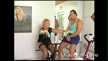 难以置信,奶奶和健身教练乱搞