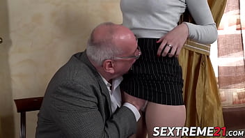 Young babe fucked and facialized by much older dude 6分钟