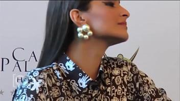 Sonam Kapoor Boobies Exposed, Wardrobe Malfunction Video !! HD