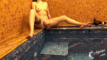 Girl Bathing In The Pool And Jerking Pussy While No One Is Near porno izle