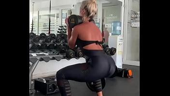 El culo de Sol Perez con una calza negra en el gimnasio