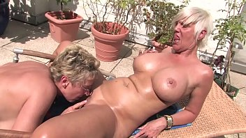 De gratis swinger video - Free version - this horny blonde granny licks her pussy to the housekeeper on the balcony