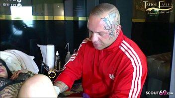 Deutsches Teen Snowwhite lässt sich schmerzhaft die Fotze tätowieren und lutsch noch Schwanz dabei