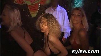 gangbang en club exhib et partouze restau entre copines amatrices