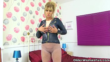 Streaming Video English milf Posh Sophia gets naughty in fuck me boots - XLXX.video