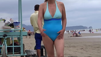 Latina mom on vacation at the beach, she shows off, gets turned on, masturbates and wants to fuck, wants to suck a cock