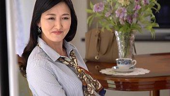 福富りょうさん50歳、専業主婦。現在、結婚18年目になる一児の母。結婚前は社長秘書だったという経歴の持ち主だが、寿退職してからは家庭に入り、ご主人とはこの18年ケンカすることもなく良好な夫婦関係を築いてきた。