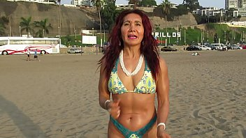 THE GODDESS MILF ON THE BEACH SHOWS HER BODY