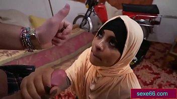 فتاة عمانية محجبة تمص زب رجل كويتي Arabsex66.com