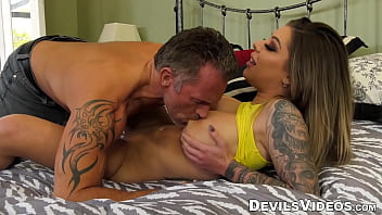 Karma Rx watches as a grey-haired man pounds her pussy 6分钟