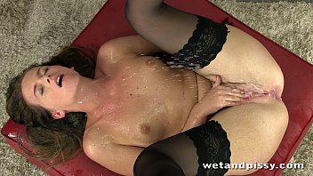 Gorgeous self pee from stocking wearing brunette 10分钟