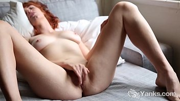 Yanks Cutie Molly Broad Rubs Her Shaved Twat