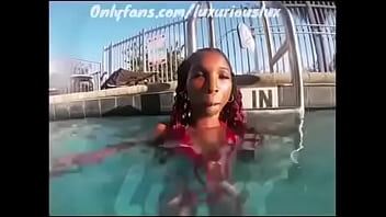 Luxxx sexy ass twerking in the pool